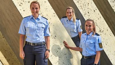 (von links) Samira, Lara und Vanessa Böß beim Denkmal auf dem Gelände der Bereitschaftspolizei Bruchsal