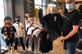 Volker Bader, Verkäufer bei Intersport in Bruchsal mit den offiziellen EM-Trikots
