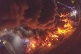 Die Aufnahmen einer Drohne zeigen das Ausmaß des Brandes in Bruchsal in der Nacht von Sonntag auf Montag. Aschefetzen verteilten sich über die gesamte Stadt.