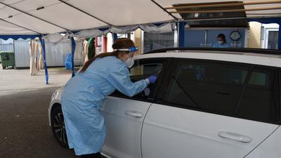 Die Tröpfcheninfektion hat im Bruchsaler Drive-in-Testzentrum keine Chance, denn die Personen verlassen das Auto nicht.Foto: Margrit Csiky