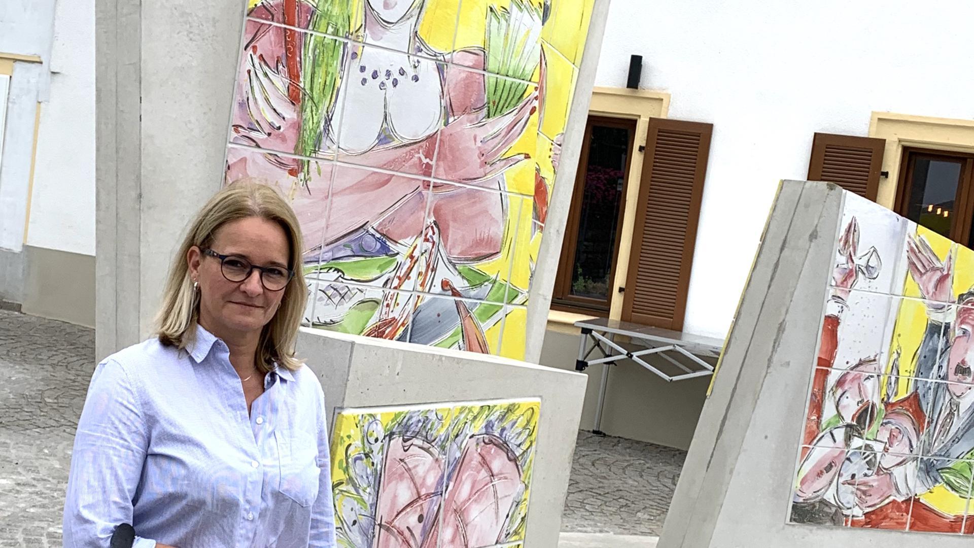 Dame vor dem neuen Denkmal in Bruchsal
