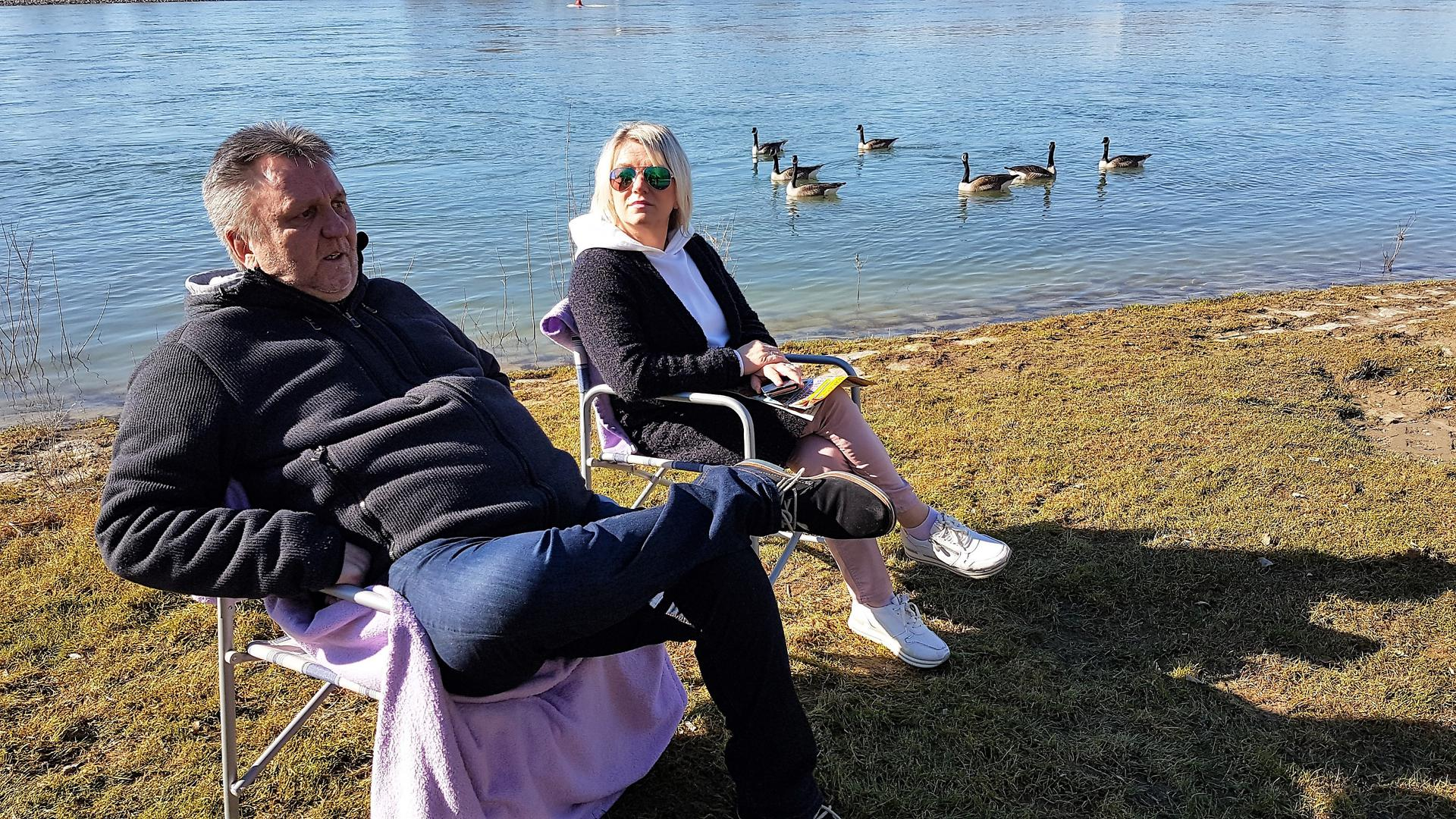 Ein Mann und eine Frau am Wasser