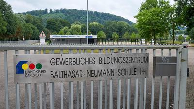 Das Gewerbliche Bildungszentrum Bruchsal: Unbekannte hatten damit gedroht, eine Gewalttat zu verüben. Die Polizei sicherte das Gebäude ab, Schüler durften nicht zum Unterricht kommen.