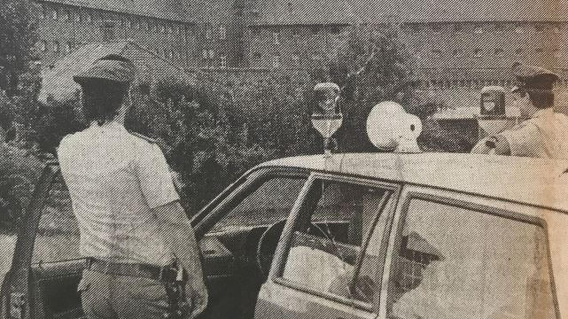 Polizei mit Wagen vor Gefängnis Bruchsal