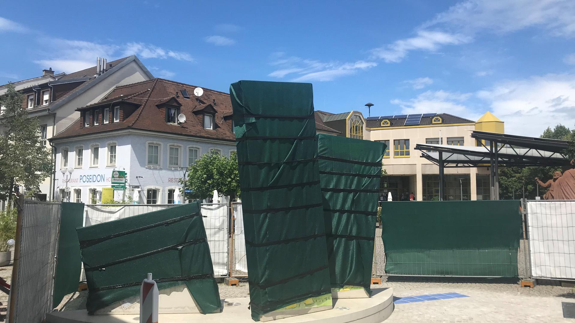 Verhüllte Kunst: Wegen Corona konnte das Graf-Kuno-Kunstwerk am Bruchsaler Kübelmarkt noch immer nicht eingeweiht werden.