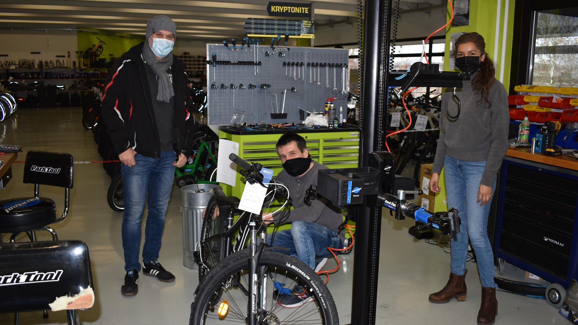 """Volker Szameit, Inhaber des Fahrradgeschäfts mit Werkstatt """"Happy Bike"""" am Bruchsaler Siemenskreisel freut sich, dass wenigstens die Werkstatt geöffnet bleiben darf und dass er Vater Uwe Greulich das frisch reparierte Fahrrad für Sohn Kilian übergeben kann. Sein Angebot richtet sich an Sportler und an Familien."""