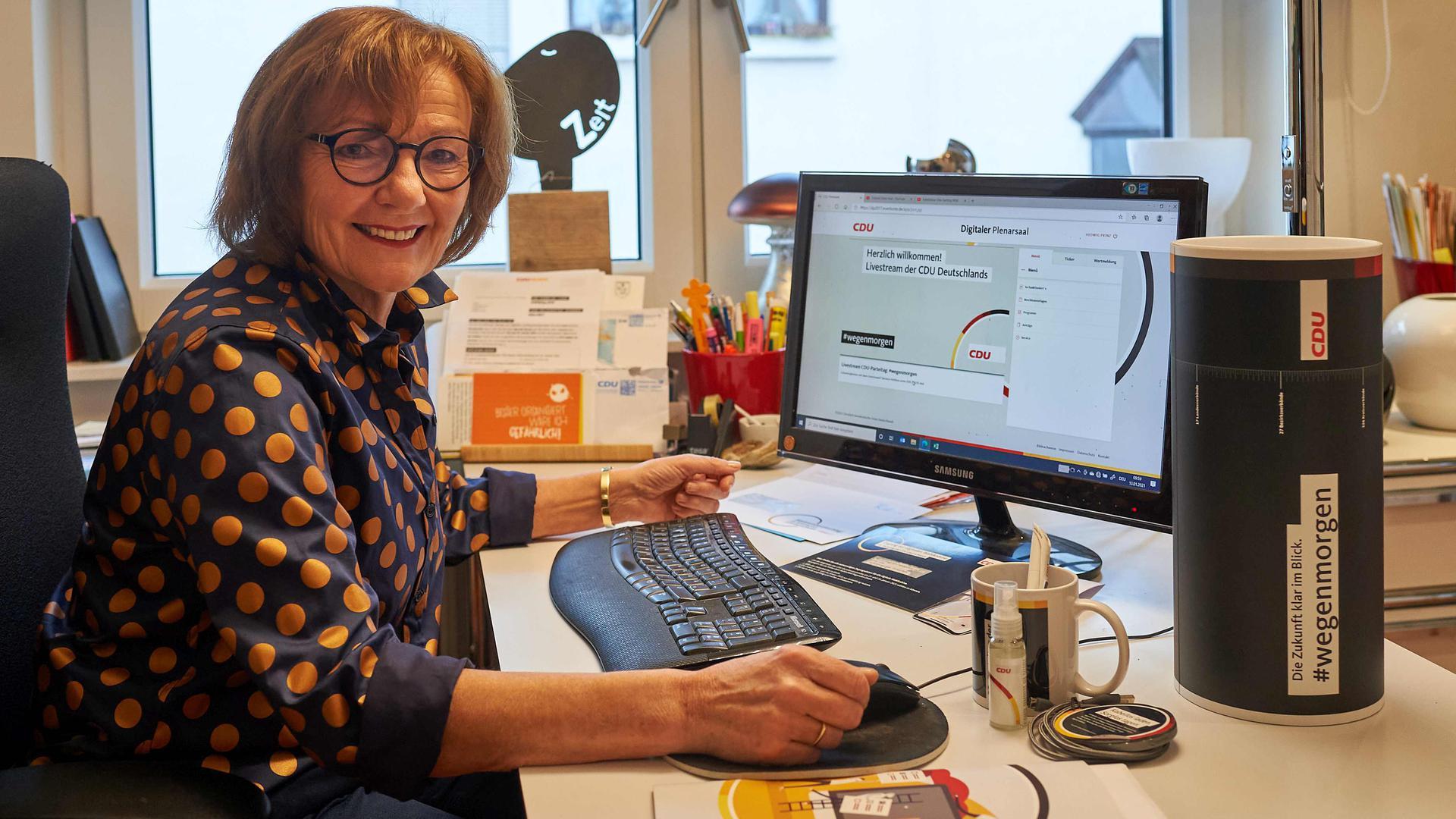 Parteitag am Bildschirm: Die Forster CDU-Kommunalpolitikerin Hedwig Prinz darf als eine von 1.001 Delegierten über den künftigen CDU-Vorsitzenden bestimmen.