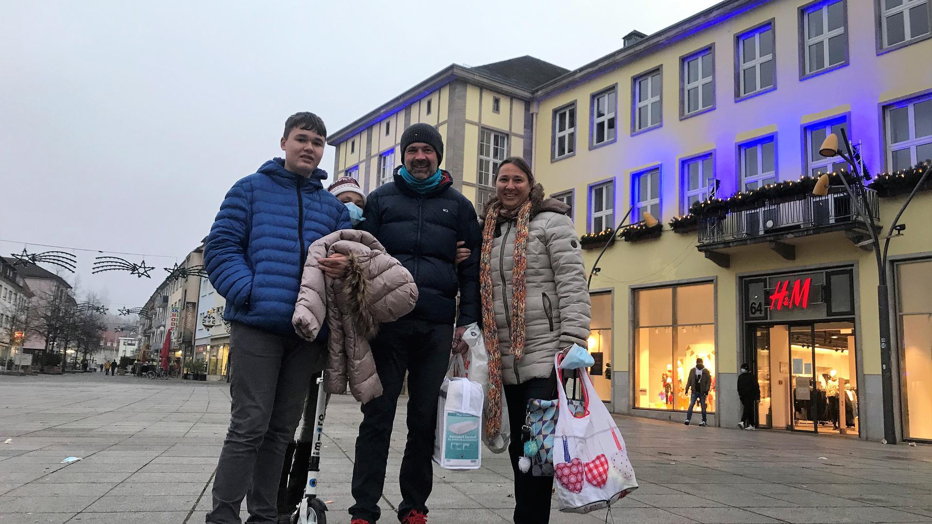 Fündig geworden: Familie Hertel aus Bruchsal hat den langen Einkaufssamstag genutzt, um in der Innenstadt einzukaufen. Im Hntergrund ahnt man immerhin zartes Fassadenblau der weihnachtlichen Beleuchtung.