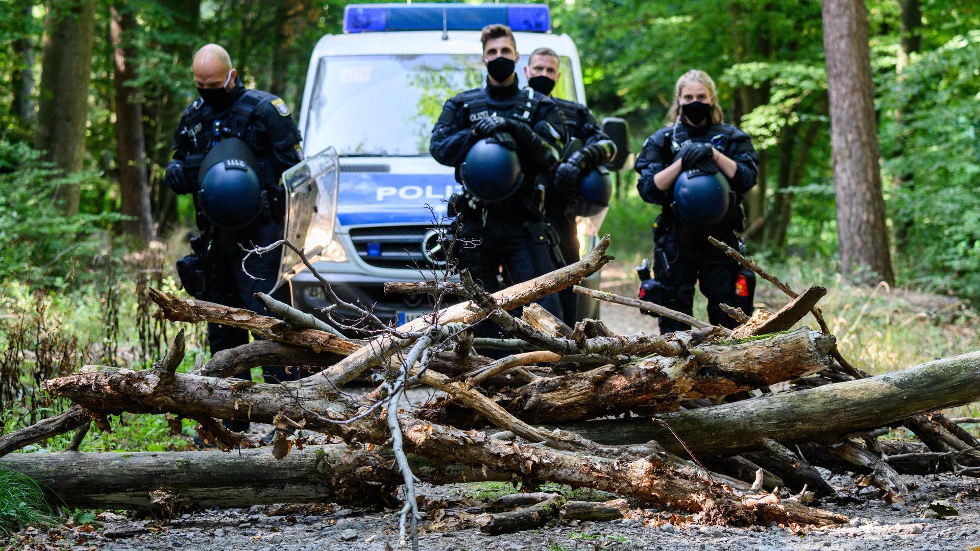 21.09.2020, Hessen, Homberg (Ohm): Einsatzkräfte der Polizei stehen vor einer Barrikade, die Aktivisten im besetzten Waldgebiet errichtet haben. Auf der Fläche sollen nach Polizeiangaben die Baugeräte für den Bau der A49 abgestellt werden. Aktivisten leisten Widerstand gegen den Weiterbau der Autobahn 49 im Dannenröder Wald. Foto: Andreas Arnold/dpa +++ dpa-Bildfunk +++ | Verwendung weltweit