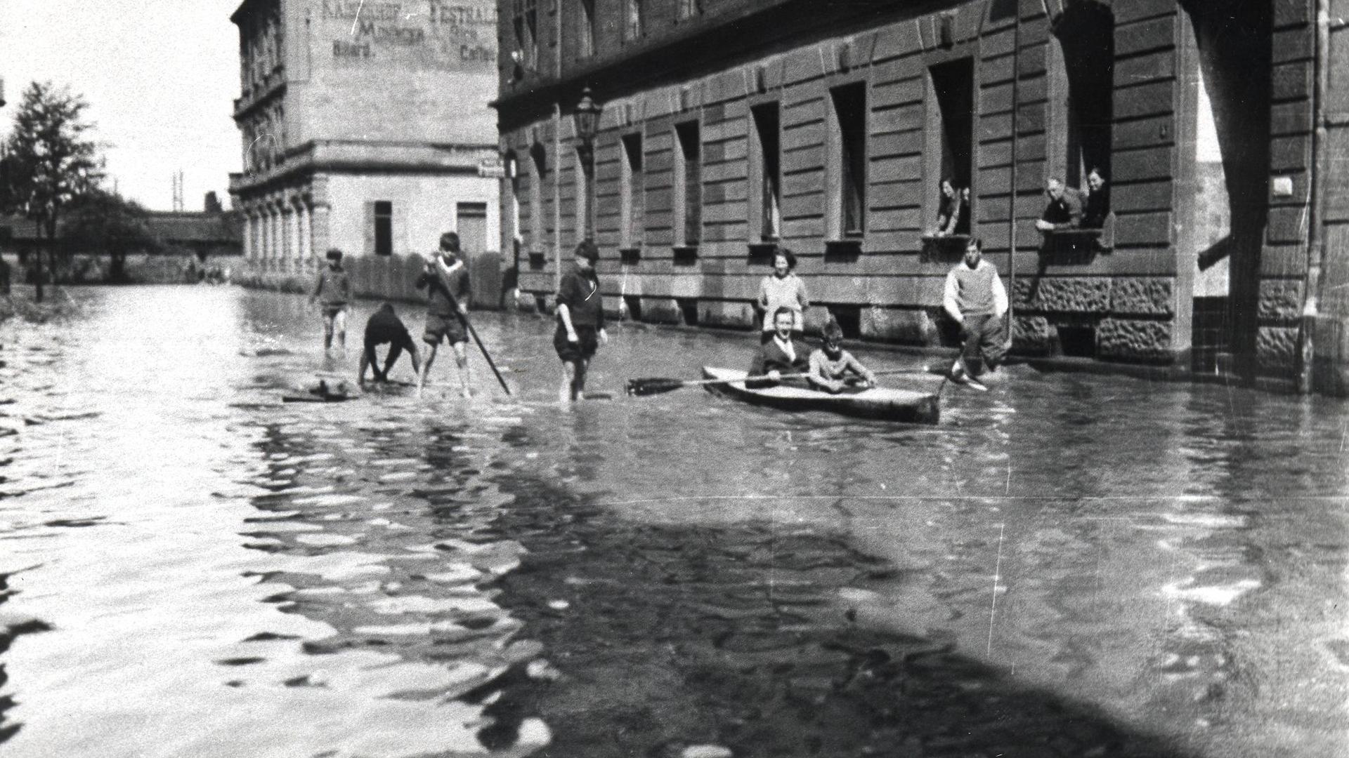 Mit den Paddelbooten auf der Bismarckstraße, 8.5.1931
