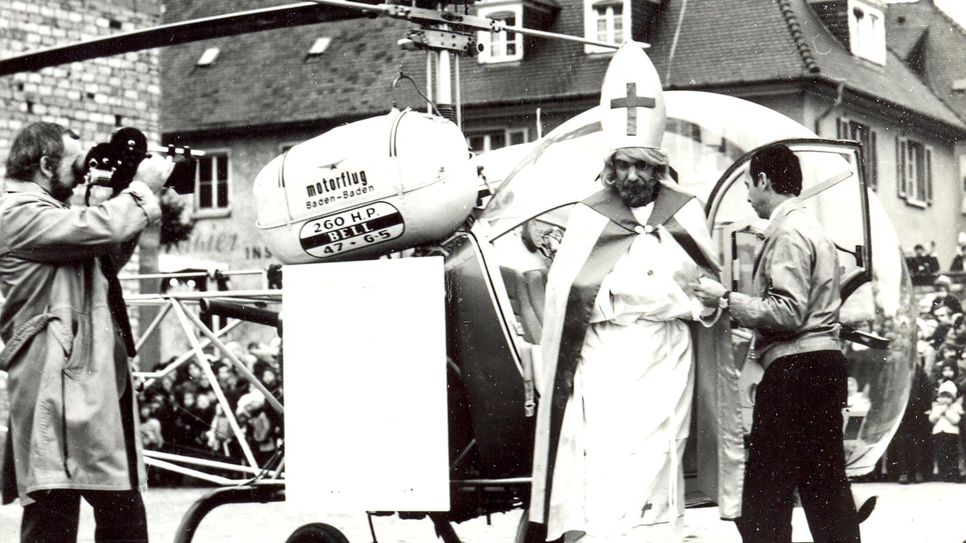 Beim ersten Bruchsaler Weihnachtsmarkt 1971 landet ein Hubschrauber in der Stadt. An Bord istrder damalige Intendant der Badischen Landesbühne Alf André im Nikolauskostüm.