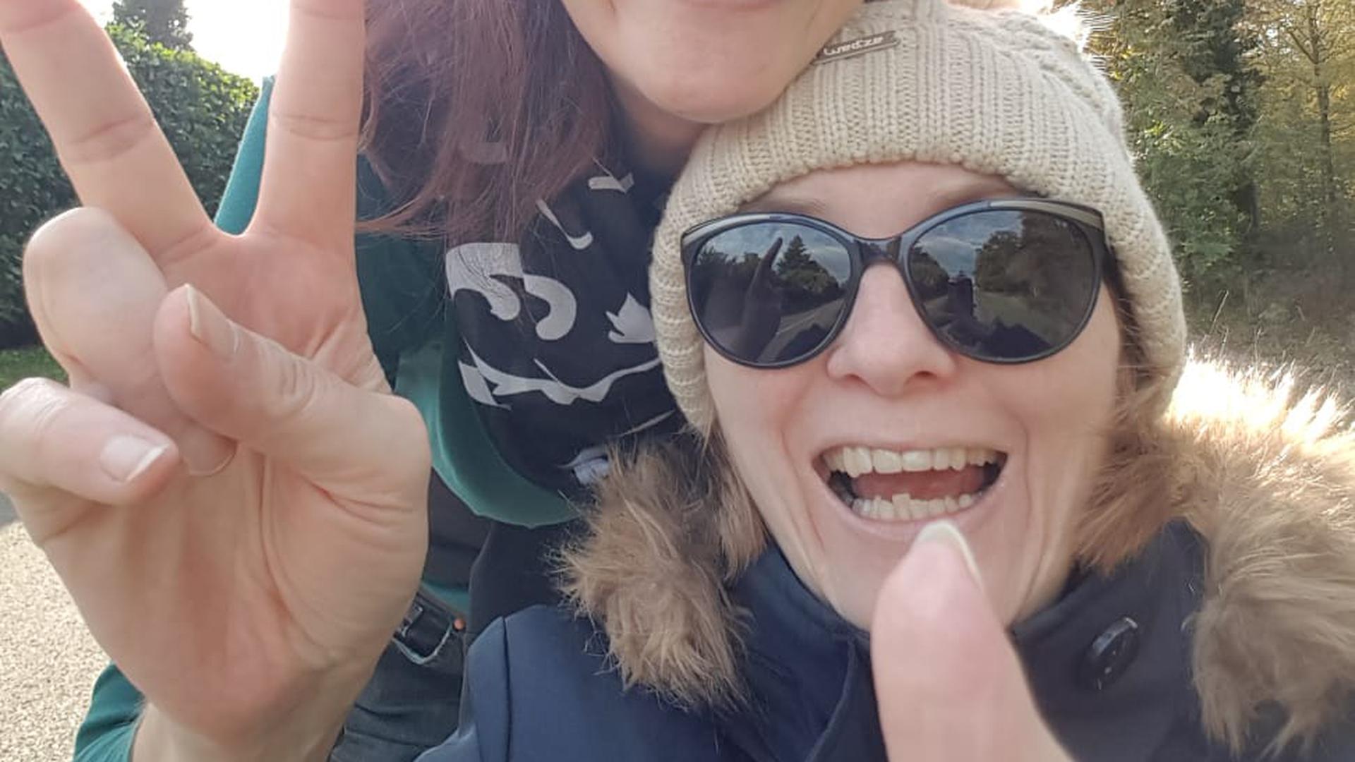 Lebensfreude und Schmerzen: Für Wibke Stein (vorne) ist das oft Alltag. Ihre Schwester Christine Debatin kümmert sich um die MS-kranke Bruchsalerin.