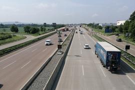 Blick von der B35 auf die Behelfsbrücken (im Hintergrund).