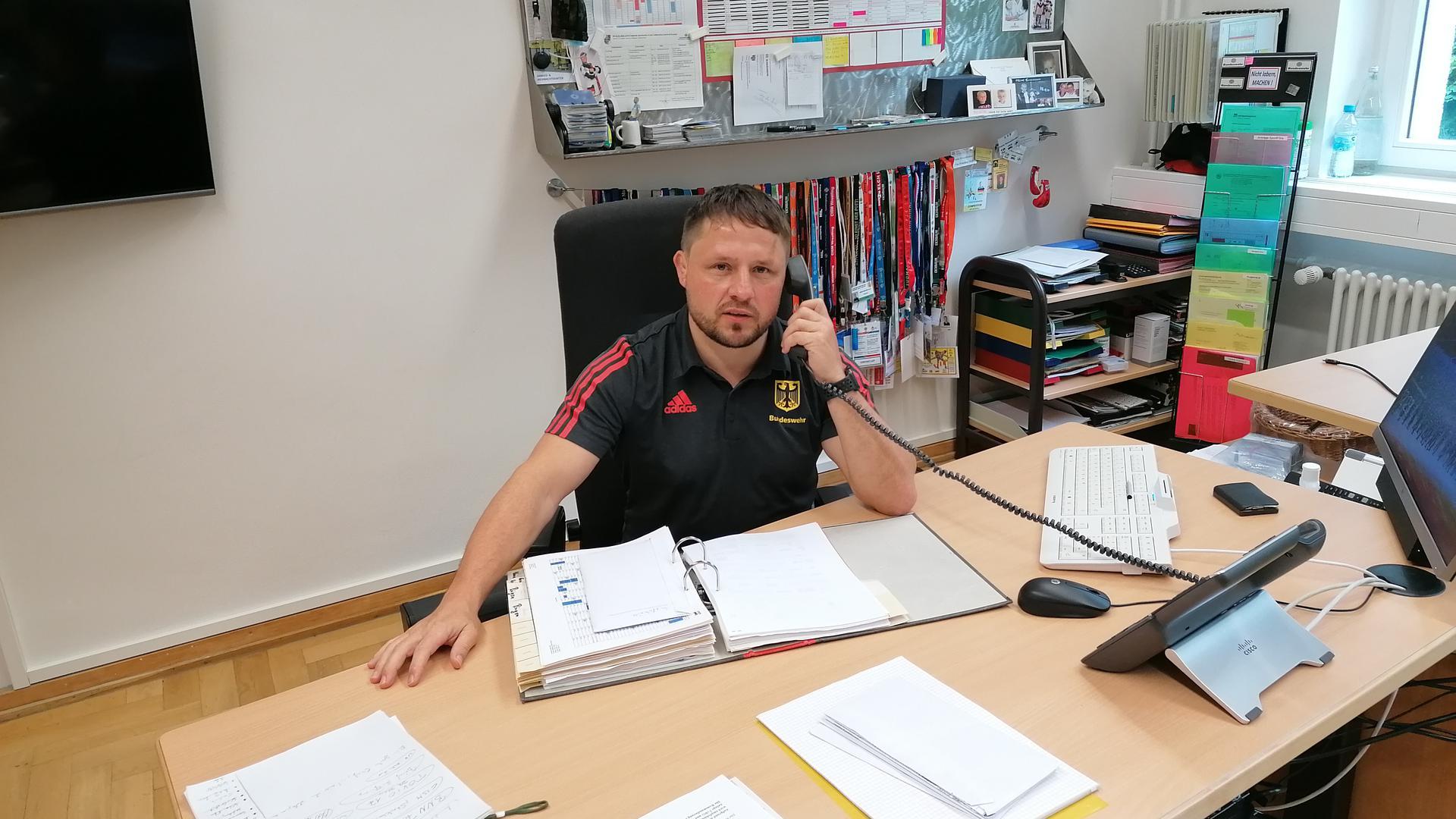 Frank Heinzelbecker an seinem Arbeitsplatz in der Kaserne