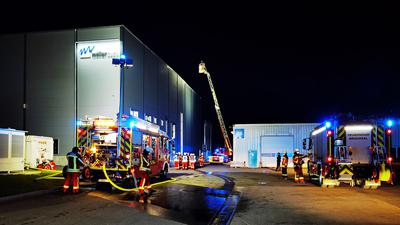 Löscharbeiten: Glimpflich ging in der Nacht zum Montag der Maschinenbrand in einer Lagerhalle von Möller Tech in der Ernst-Blickle-Straße aus. Aus noch unbekannter Ursache war eine Kunststoff verarbeitende Maschinen in Brand geraten.