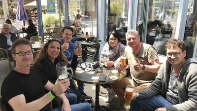 Ein Prosit der Gemütlichkeit: Im Café Pavillion hat es sich der Stammtisch um Lars Krause (zweite von rechts) nicht nehmen lassen, zum Lockdown-Ende vorbeizuschauen.