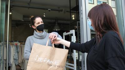Schwere Zeit: Unterschiedliche Erfahrungen machen die Einzelhändler in der Bruchsaler Innenstadt (links: Stefanie Stanic) mit Einkauf per Abholung. Möglicherweise ist ab Montag nur noch Lieferservice möglich.