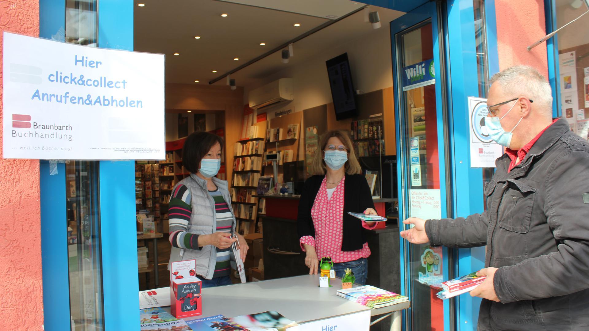 Kommt die Notbremse ab Montag? Das fragen sich Heike Braunbarth, Inhaberin der Buchhandlung in der Bruchsaler Kaiserstraße und ihre Mitarbeiterin Doris Burger (links) und Kunde Ulrich Blickensdörfer.