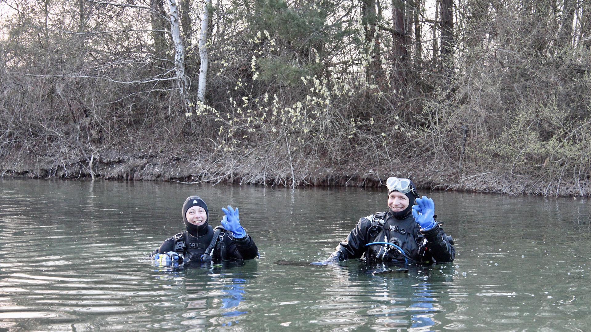 zwei Taucher im Wasser