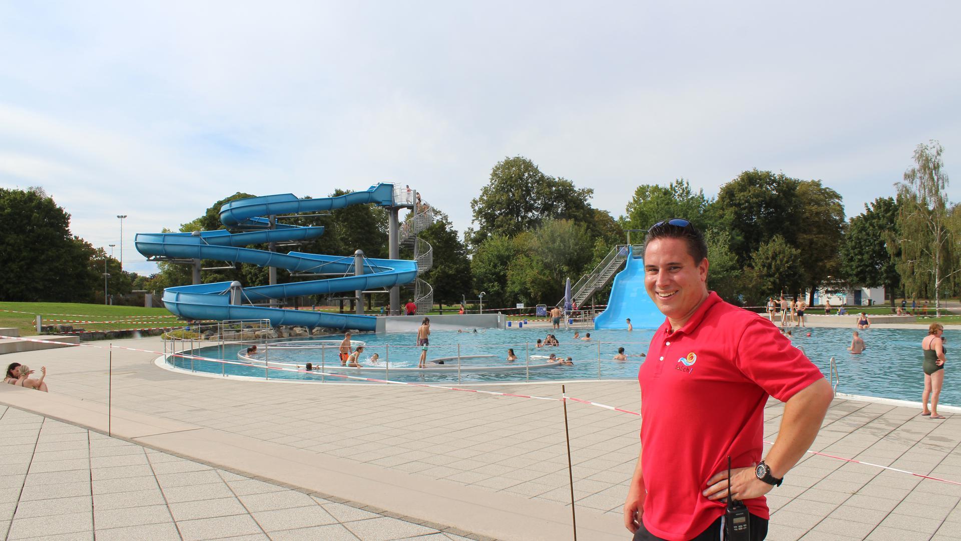 In vollem Einsatz: Bademeister Jan Füssel muss darauf achten, dass die Besucher im Schwimmbad Sasch in Bruchsal die Corona-Regeln einhalten.