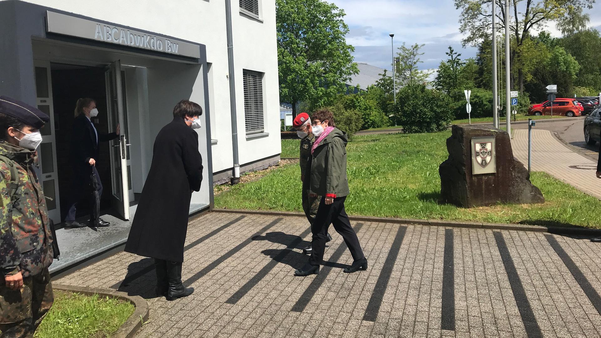 Bruchsals Oberbürgermeisterin Cornelia Petzold-Schick begrüßt Verteidigungsministerin Annegret Kramp-Karrenbauer in der Kaserne