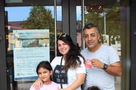 Für die Eltern gab es die Impfung, für die Kinder Popcorn. Familie Kemal Genc aus Forst mit Ehefrau Kudrec und den Kindern Elisa (7 J.), Liyam (3 J.) vor dem Kino.