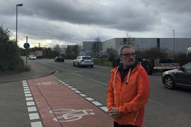 Mann an der John-Deere-Straße im Industriegebiet Bruchsal