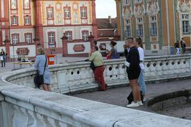 Leute schauen auf Schloss.