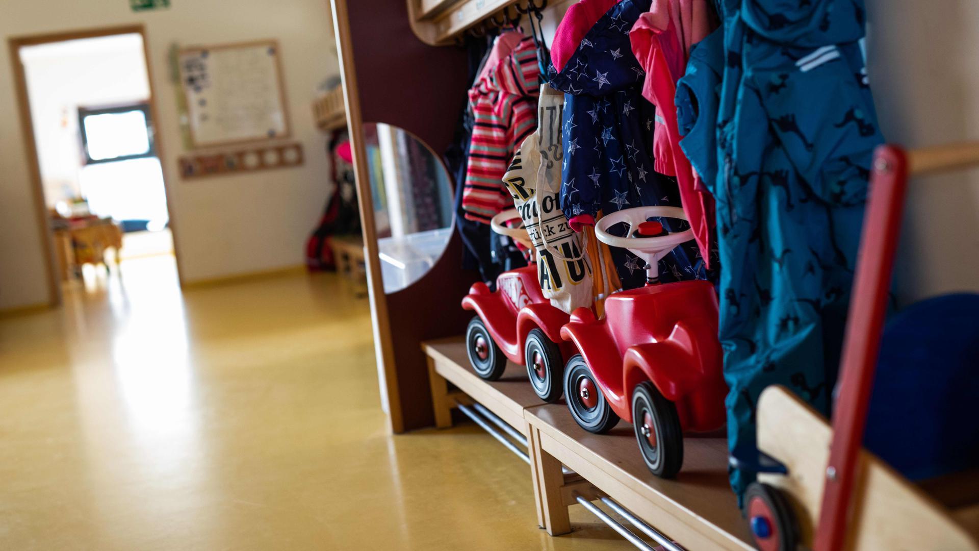 Bobbycars stehen unter Jacken von Kindern, die an einer Garderobe einer Kindertagesstätte (Kita) hängen. Bundespräsident Frank-Walter Steinmeier hat sich dafür ausgesprochen, bei Lockerungen der Corona-Maßnahmen besonders an Schulen und Kitas zu denken. (zu dpa: Steinmeier: Zugang zu Kitas und Schulen «besonders bedeutsam») +++ dpa-Bildfunk +++