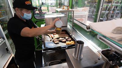 Kleingeschnitten und mit viel Curry - Mitarbeiterin im Globus  versorgt Kollegen und hungrige Baumarktkunden