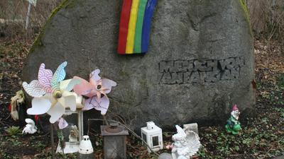 """Naturstein mit Inschrift """"Mensch von Anfang an"""" mit Regenbogen"""