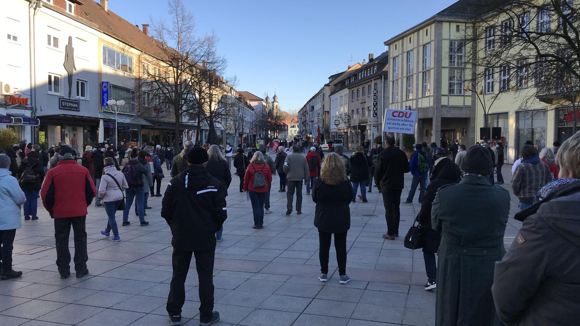 Kundgebung auf dem Bruchsaler Marktplatz vor dem Rathaus gegen Corona-Maßnahmen