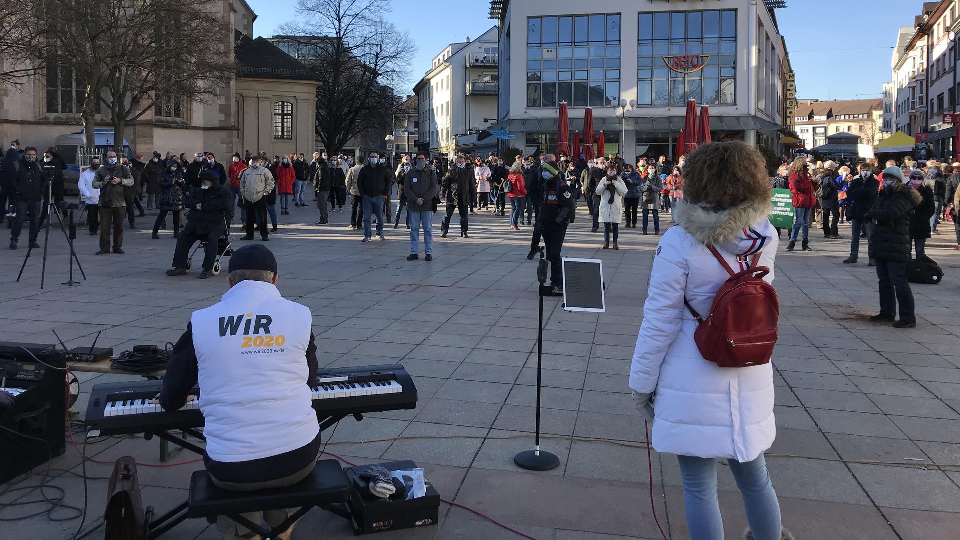 Protest gegen Coronmaßnahmen auf dem Marktplatz vor dem Rathaus Bruchsal