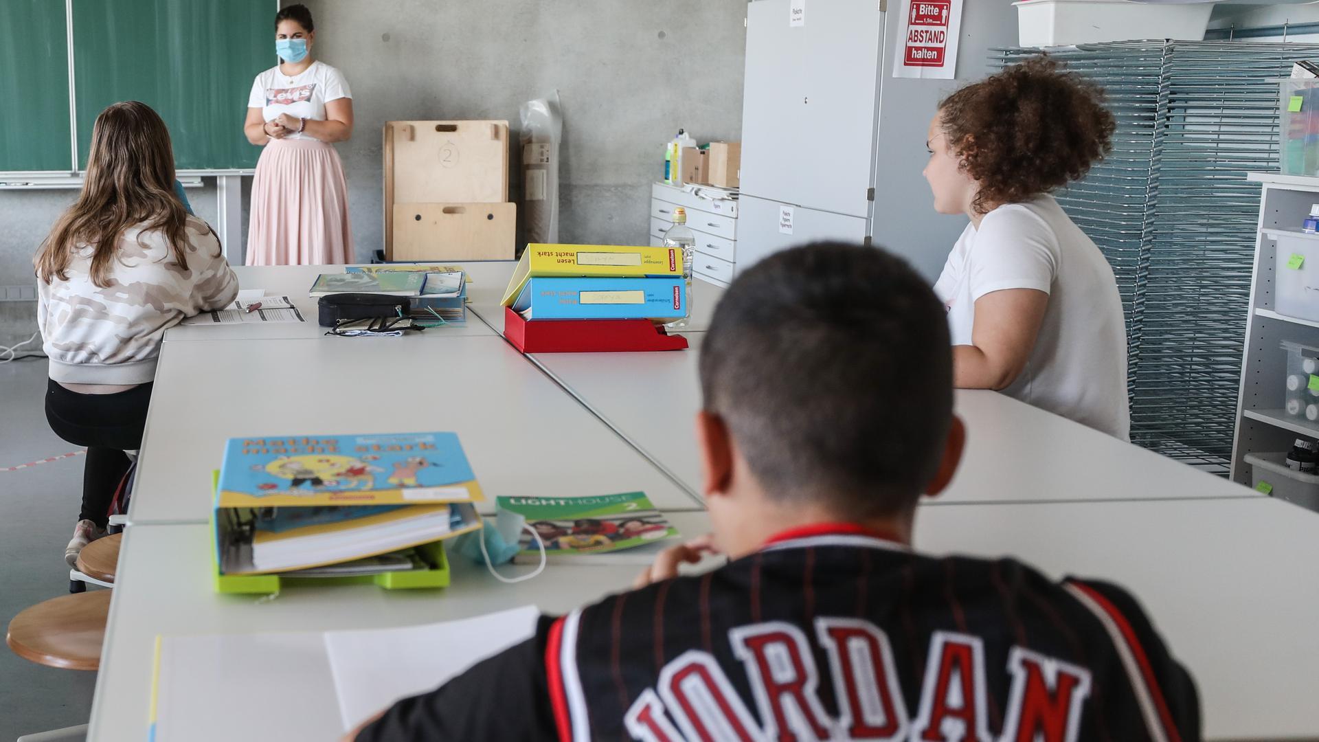 Eine Lehrerin spricht in der Gemeinschaftsschule Theodor-Heuglin mit Schülern einer Lernbrücke. Die Gewerkschaft Erziehung und Wissenschaft (GEW) informiert am Mittag bei einer Pressekonferenz in Stuttgart über das Thema «Schuljahr 2020/2021: Gute Bildung im Corona-Schuljahr?». +++ dpa-Bildfunk +++