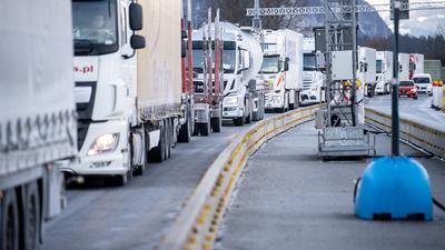 Rückstau: Die verschärften deutschen Einreiseregeln an der Grenze zu Tirol haben auch in der Region zu Verzögerungen in den Lieferketten geführt.