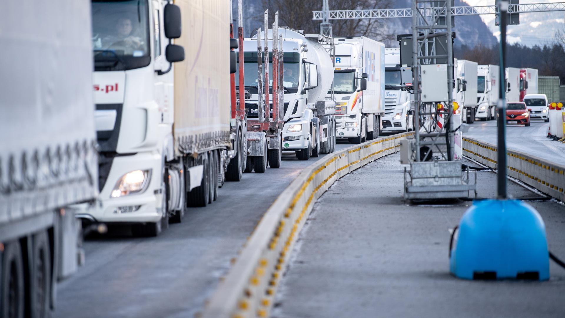 Ein Rückstau aus Lastkraftwagen hat sich an einer Kontrollstelle an der Autobahn A93 bei Kiefersfelden in Richtung Deutschland gebildet. Die verschärften deutschen Einreiseregeln an der Grenze zum österreichischen Bundesland Tirol zum Schutz vor gefährlichen Varianten des Coronavirus sind in der Nacht zu Sonntag in Kraft getreten. +++ dpa-Bildfunk +++