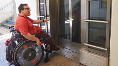 Noch funktionieren die Aufzüge im Bruchsaler Bahnhof: Doch schon bald kann Michael Berger dort nicht mehr aussteigen. Der Bruchsaler soll mit seinem Rollstuhl dann eben in Ubstadt oder am Gewerblichen Bildungszentrum aussteigen, findet die Bahn.