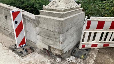 Heftig beschädigt: Dieser sanierte Eckpfosten an der Bruchsaler Moltkebrücke weist noch massive Schäden auf. Die Restauratoren müssen nochmal ran.