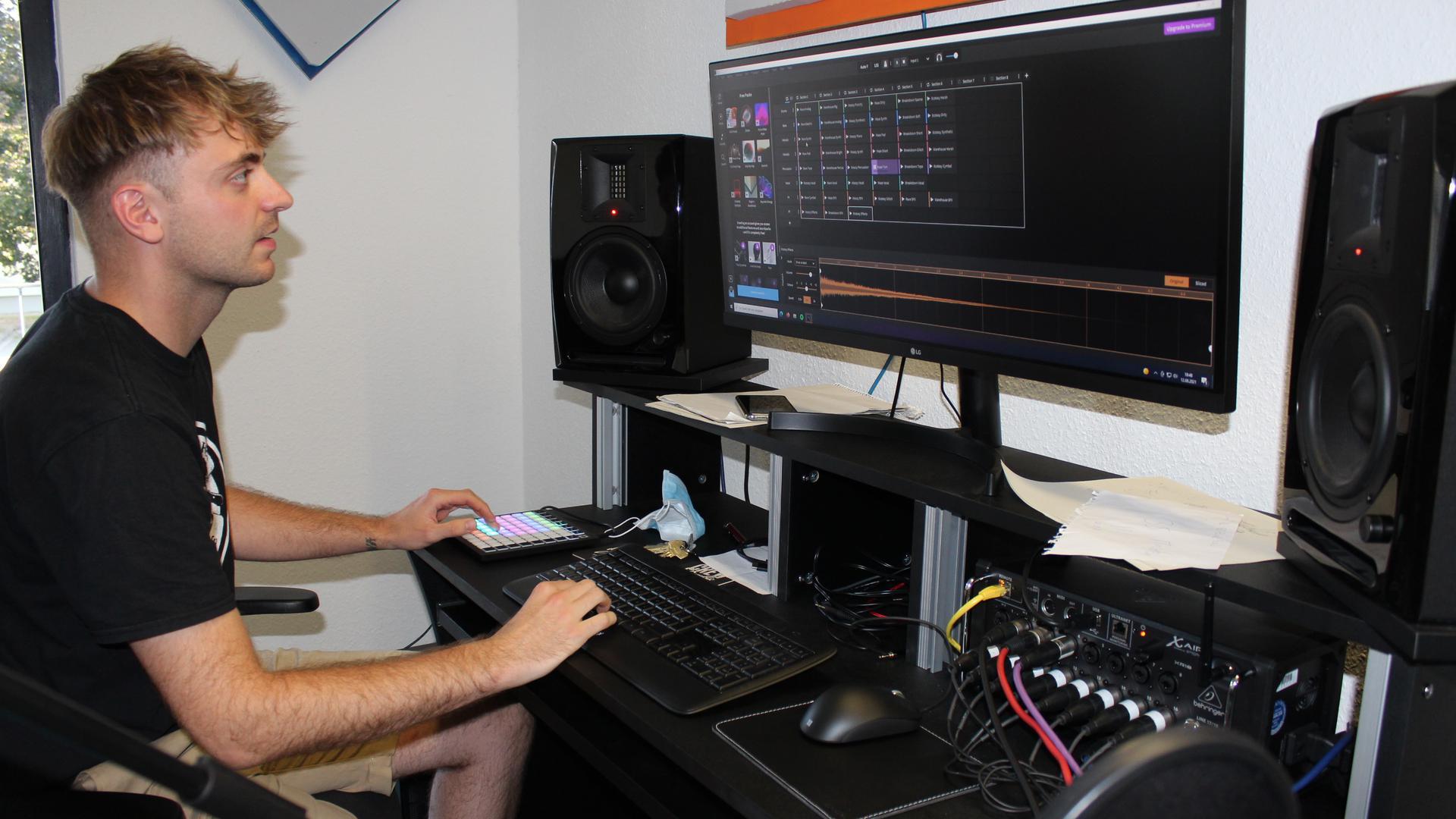 """Einrichtungsleiter Yannick Geckler (25 Jahre) beim Feinschliff der Songs im Musikstudio des Jugendzentrums """"Southside""""."""