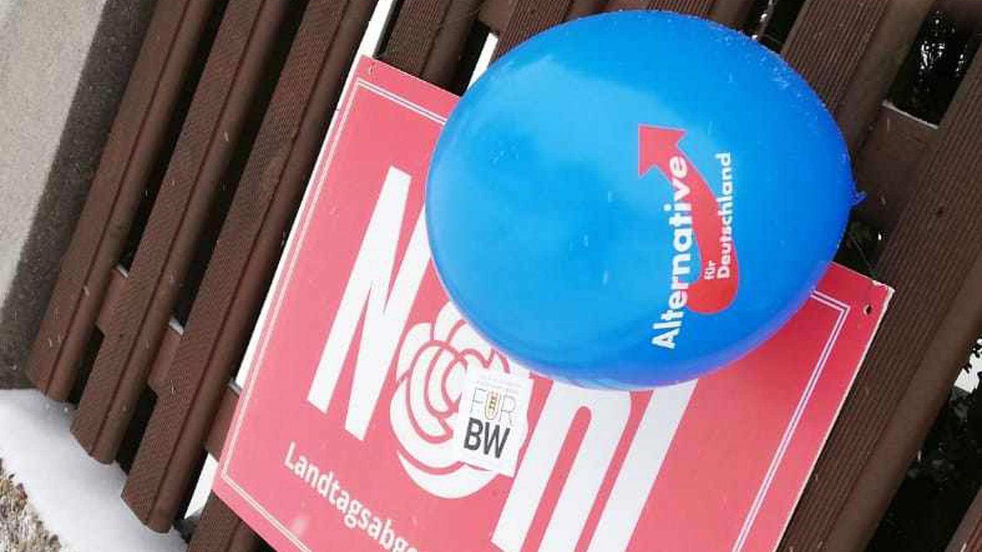 Ballons am Plakat: Unbekannte haben in Helmsheim die SPD-Werbung mit AfD-Ballons ergänzt.