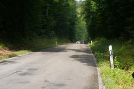 Abschüssige Landstraße mit zwei sich entgegenkommenden Autos