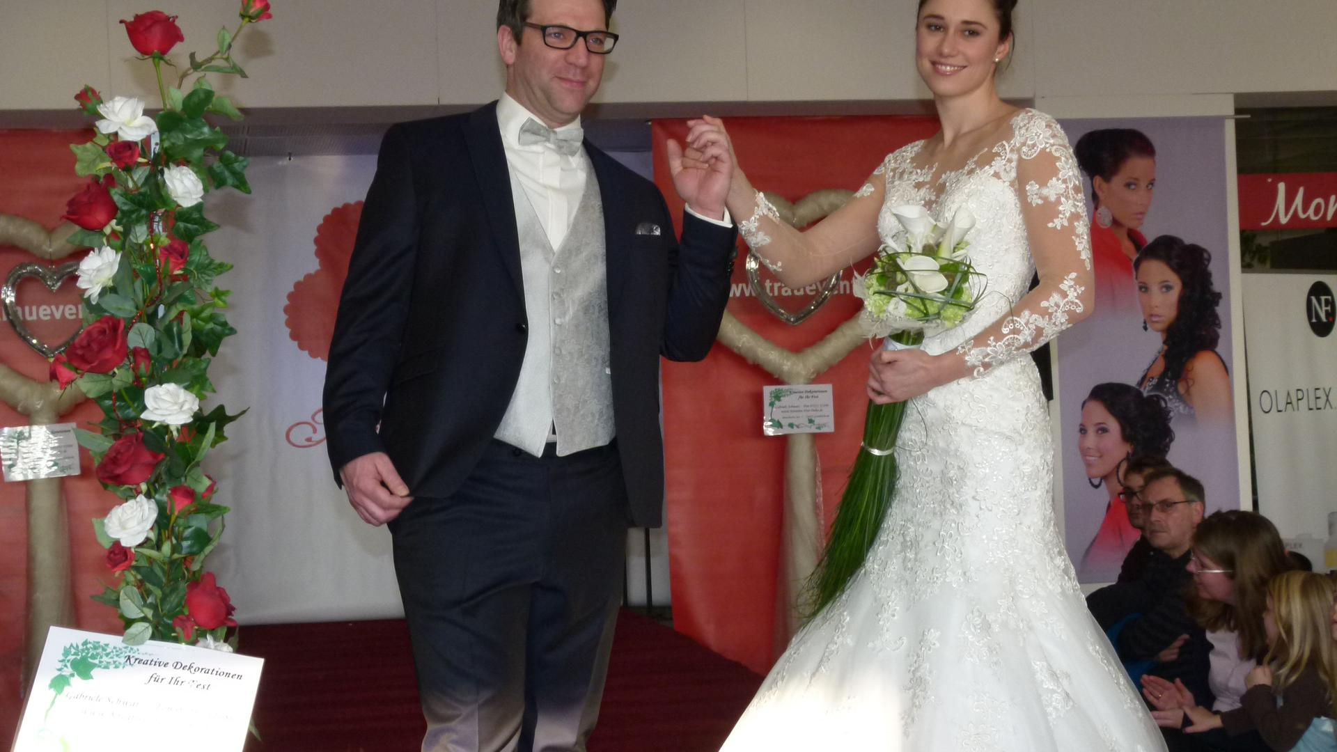 Brautpaar bei einer Modenschau auf der Hochzeitsmesse