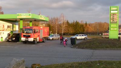 Andrang an der Tankstelle, das Fahrrad ist, insbesondere im Winter, für viele keine Alternative.
