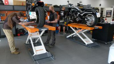Steven Stock und Roland Flinspach machen Harleys in der Werkstatt von Graf Hardenberg, Harley Davidson in Bruchsal fit für den Frühling.