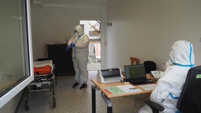 Die Mitarbeiter der Fieberambulanz bereiten sich auf ihren Dienst in den Containern vor.
