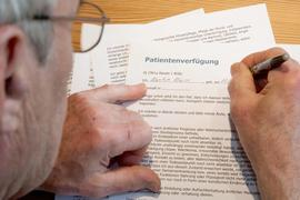 Zum Themendienst-Bericht vom 24. September 2019: Wer eine Patientenverfügung unterschreibt, muss möglichst genau beschreiben, für welche Situationen das Dokument gelten soll.