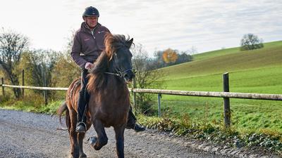 Stephan Kratt reitet auf der Isländerstute Viska