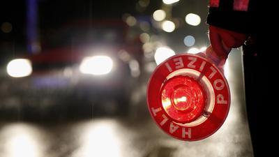 Ein Polizeibeamter hält am 20.02.2015 in Hamburg während einer Verkehrskontrolle eine Kelle in der Hand. Die Hamburger Polizei fährt am Abend und in der Nacht  Kontrollen durch. Da Fahren unter Drogen- und Alkoholeinfluss ist eine der Hauptunfallursachen für folgenschwere Verkehrsunfälle ist, richtet sich die Kontrolle vor allem gegen Rauschmittel im Straßenverkehr. Foto: Jörn Pollex/dpa +++(c) dpa - Bildfunk+++ | Verwendung weltweit