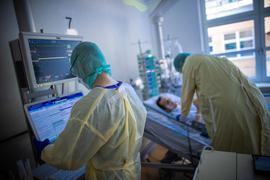 Pflegekräfte betreuen im besonders geschützten Teil der Intensivstation des Universitätsklinikums einen Covid-Patienten.