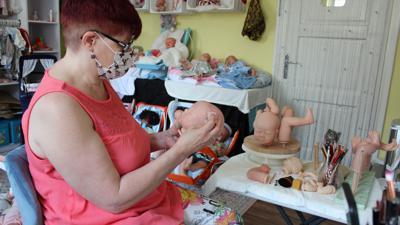 Martina Knebel bei der Puppenherstellung